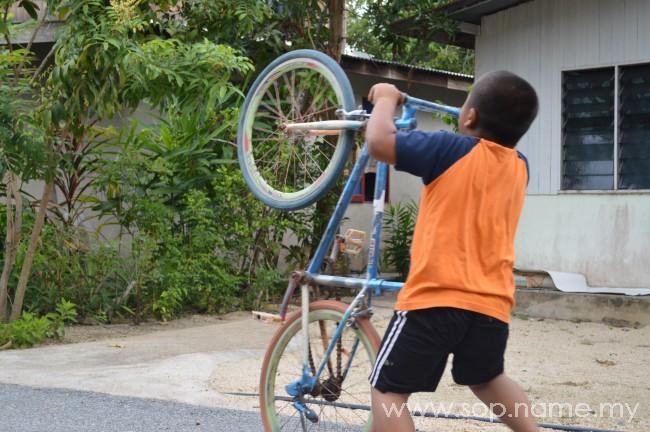Bermain scooter di kampung