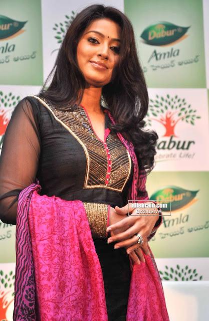 நடிகை சினேகாவின் முலைகாம்பு-நுணுக்கமா பாருங்க தெரியும்  Sneha+nipple