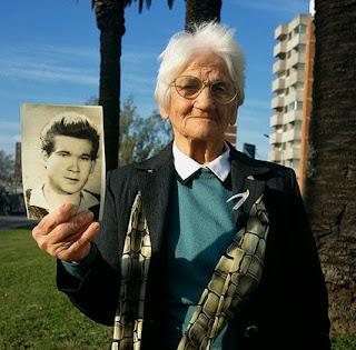 Luisa con la foto de su hijo Nebio Melo Cuesta