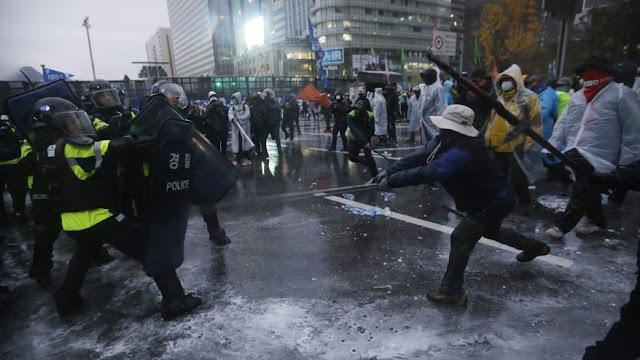 Enfrentamiento entre policías y manifestantes coreano violentos