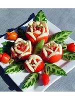 Рози от домати със сирене с листа от краставици
