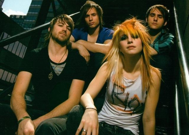 Paramore con look rockero