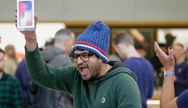 Συνωστισμός απο ορδές ηλίθιων σε ουρές σε όλο τον κόσμο για την αγορά του iPhone X των 1.000 ευρώ!!!!