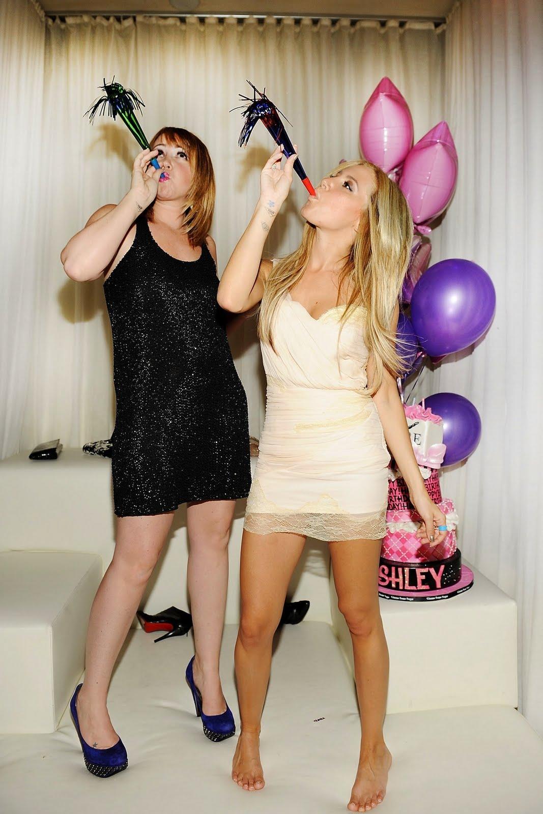 http://3.bp.blogspot.com/-DC0hKjngPwc/TiWjUhmT9mI/AAAAAAAAQ2A/j16a1Nxvld0/s1600/Ashley_Jennifer+Tisdale_PURE+Nightclub.jpg