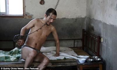 http://asalasah.blogspot.com/2012/10/foto-kehidupan-pria-yang-di-rantai-selama-21.html