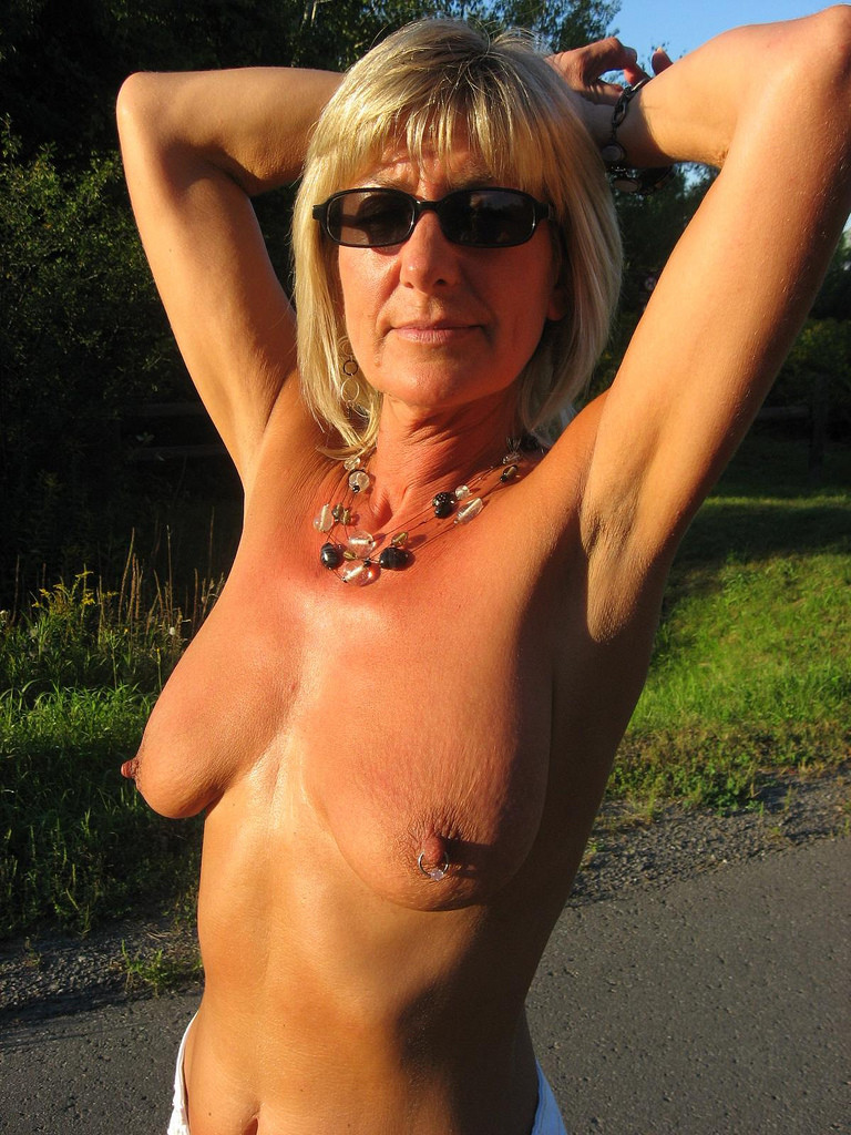 Army milf naked and unaware 6