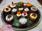 Halloween muffinok, kétféle, sárga és sötét színű tésztából sütve, az alkalomhoz illően, rémisztőre díszítve.