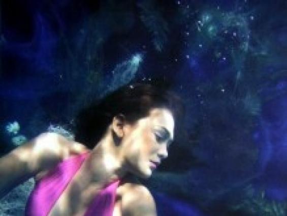 Foto Artis Luna Maya Saat Berada di Kolam Renang