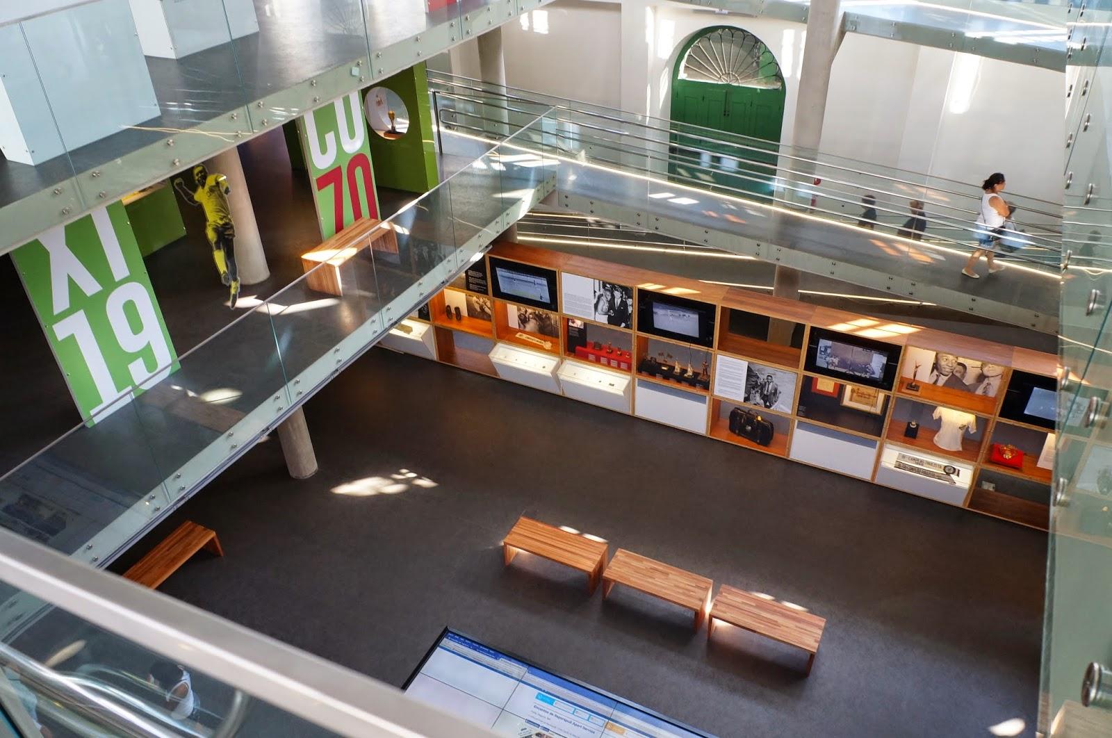interiores do Museu Pelé com mezaninos conectados por rampas laterais