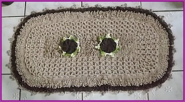 Tapete de crochê oval em ponto laçada ou argola e ponto dupla face.