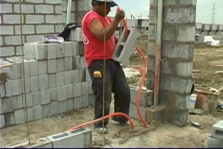 Instalaciones el ctricas residenciales instalaci n de tubo conduit flexible en muros de block hueco - Tuberia para instalacion electrica ...