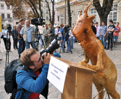 Фото Укринформ: памятник козлу