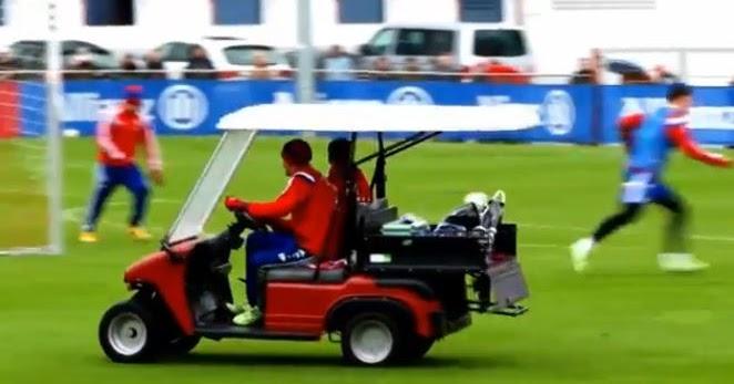 Video Thomas Muller Gatecrashes Bayern Munich Training In