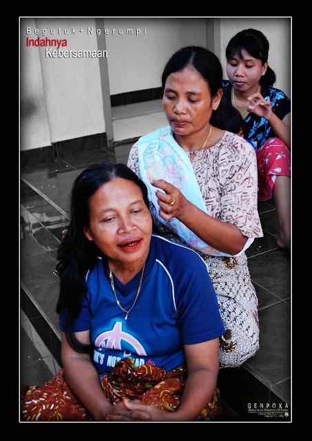 """Ritual Masihutu-hutuan """"mencari kutu rambut"""" - ini yang sering terliahat di kampung-kampung, disaat para ibu-ibu mengisi waktu luang sambil ngerumpi"""