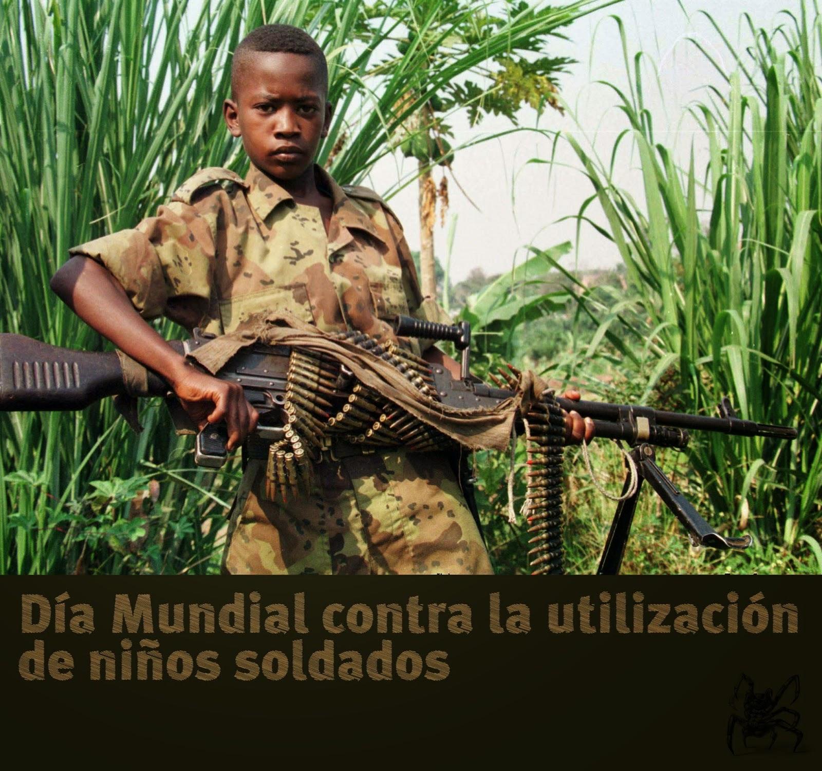 El 12 de febrero es el día mundial contra la utilización de niños soldados, en la imagen un niño con un arma autamatica
