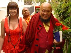 Chegando aoTardo Ling com as relíquias c/  Venerável Anurudha