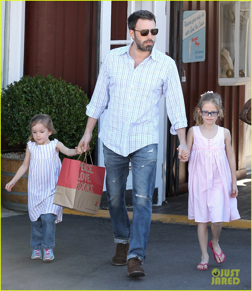 http://3.bp.blogspot.com/-DF3jxH4tS-Y/UQAdBy-FG0I/AAAAAAAAuBU/CiIncAK3X0E/s1600/jennifer-garner-ben-affleck-weekend-outings-with-the-girls-07.jpg