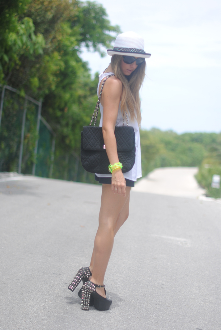 See outfit ideas at my fashion blog: black and white + fluor. By Mónica Sors