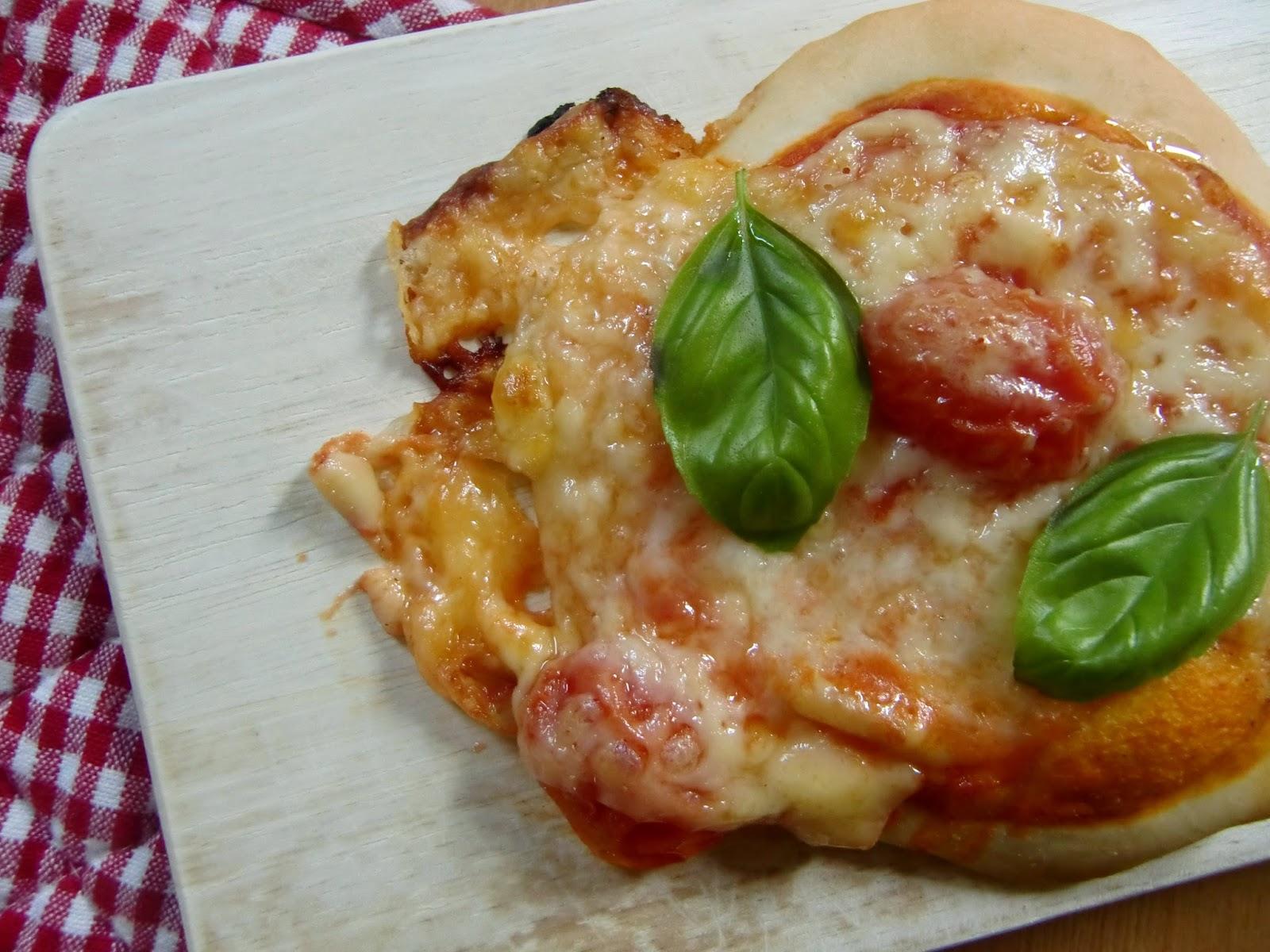 la vie gourmande mini pizzen mit tomaten. Black Bedroom Furniture Sets. Home Design Ideas