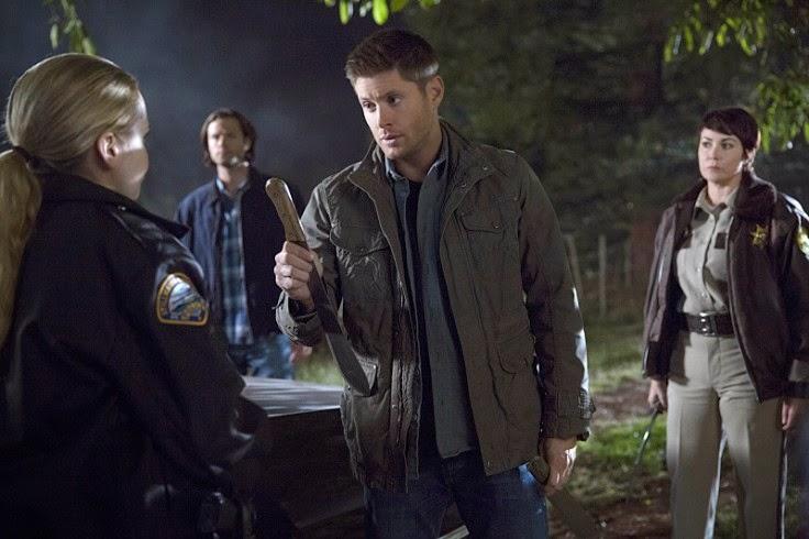 Supernatural S10E08.Dean explica a Donna cómo matar vampiros.