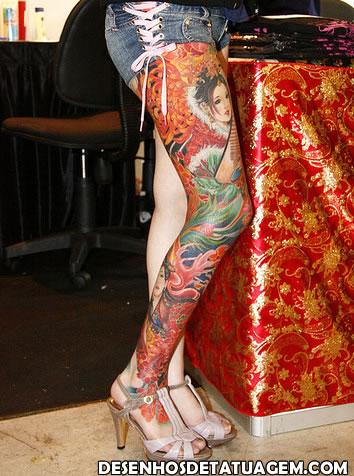 Perna fechada de tatuagem e uma gueixa