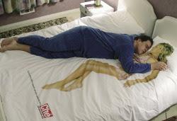 homem dormindo sozinho na cama namorar ou ficar solteiro