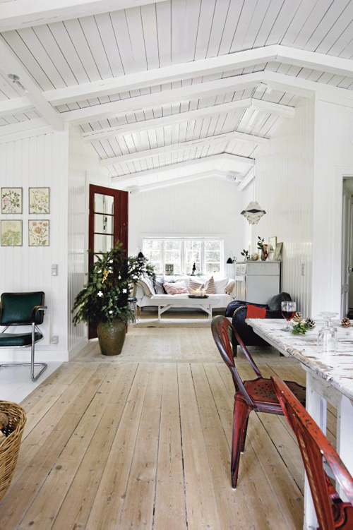 Lamb blonde a swedish home at christmas for Hardwood floors with wood ceilings