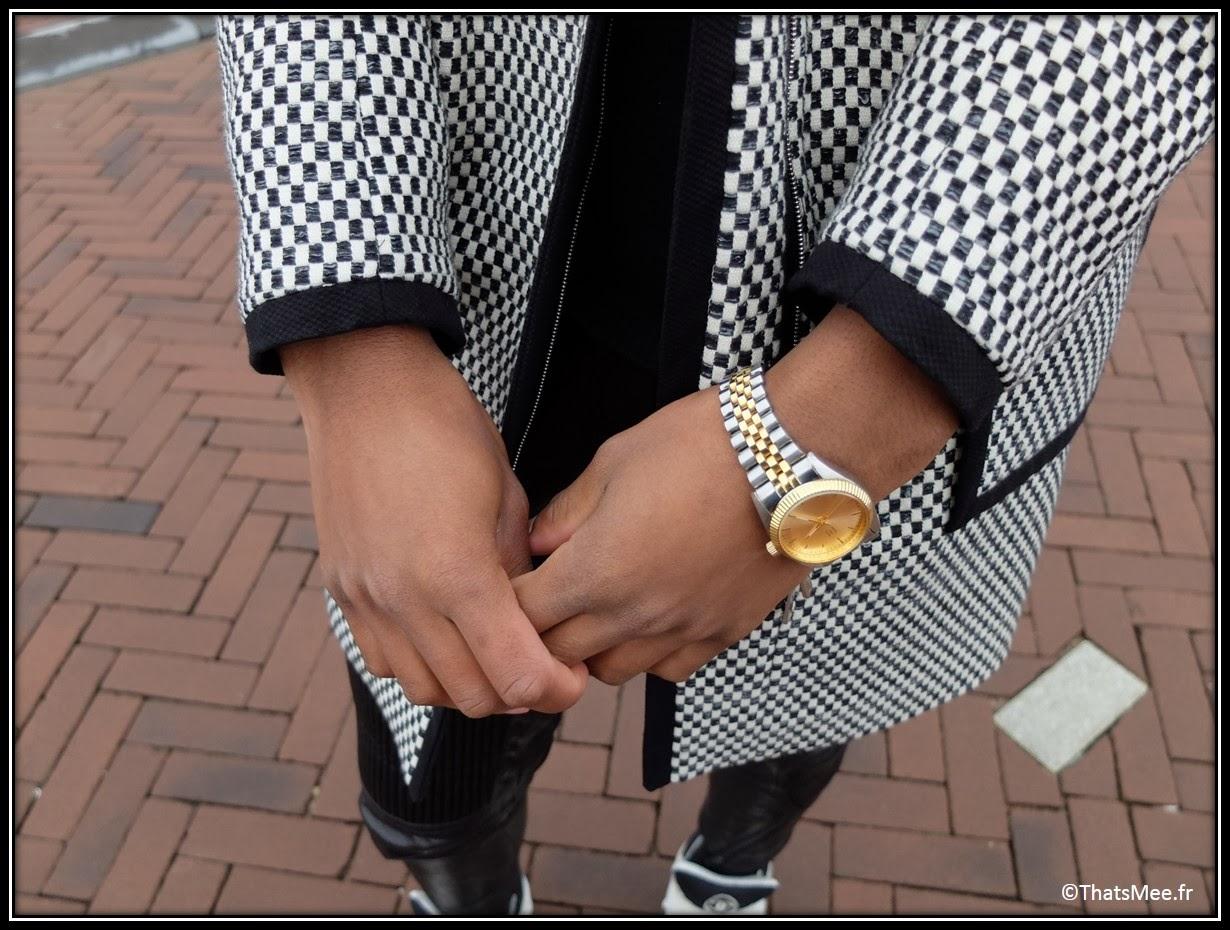 manteau caban noir et blanc damier Karen Millen, pantalon biker tregging noir H&M, un pull coll roulé noir hommes Zara, sneakers noir et blanc hommes Chanel, montre dorée river Island