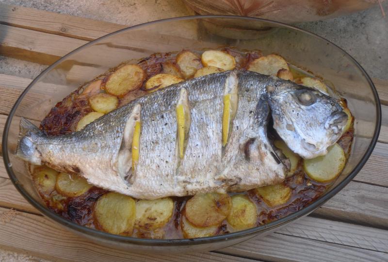 La cocina plural dorada al horno sobre patatas panadera for Como cocinar pescado al horno