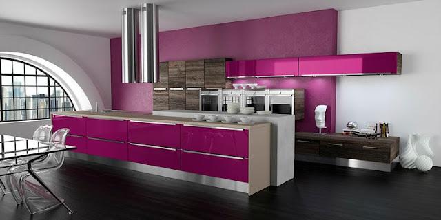 Cuisine design violette et bois avec îlot par Morel