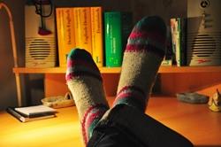 Tamaros Füße mit Ringelsocken...