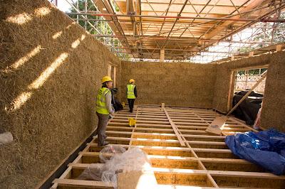 Дом из соломенных тюков Строительство экодома из дерева и соломы!