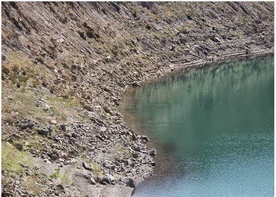 Air Di Tasik Ini Terlalu Bahaya Dan Tidak Boleh Di Sentuh