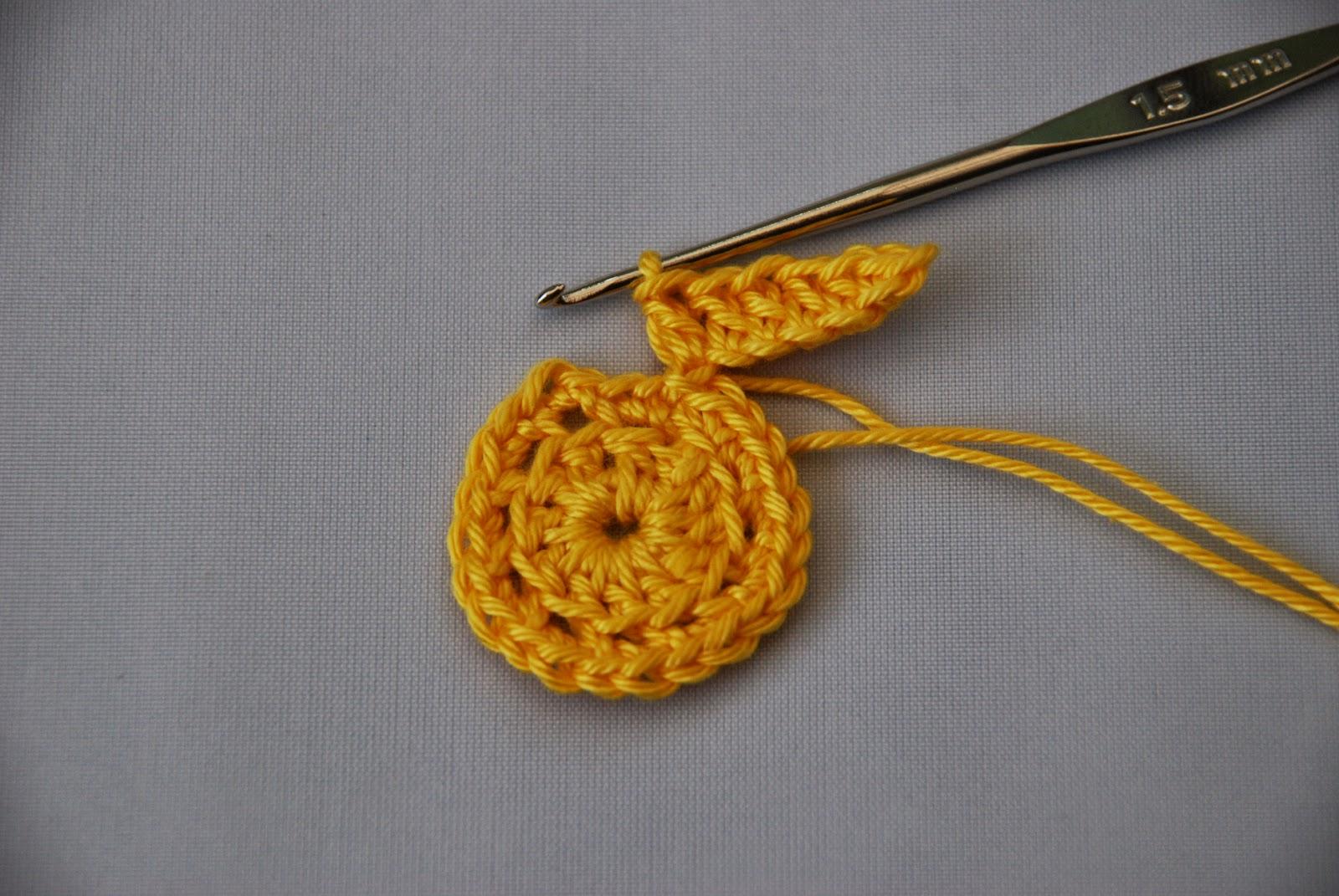 Crochet Daffodil pattern and tutorial: image of crochet petals