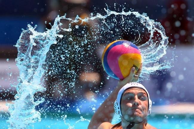 Четвертьфинал по водному поло между командами из США и Испании.