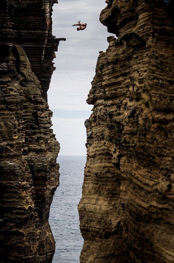 Breathtaking cliff diving - The cliff dive ...