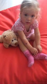 Virginia auf ihrem Sitzsack mit dem kleinen Wärmekissen in Teddyform