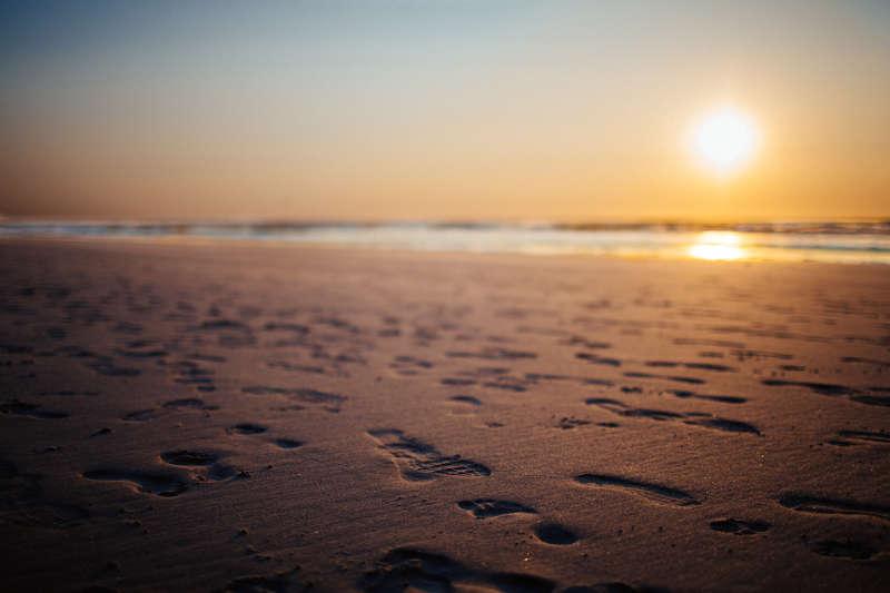 Loopmeditatie 'Mindful Lopen' op het strand.