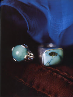 Observed from close range, these two rings show how sensitive and fragile the turquoise material is. The color of the round cabochon ring has taken on a slight green hue over time. In addition, a crack runs across its surface due to a shock or perhaps from having been dropped. To the right, the silver ring is set with a matrix turquoise, of American origin, striped with dark lines.