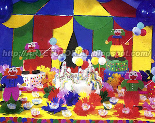 Decoração de festa de aniversário infantil com tema de circo e palhaço