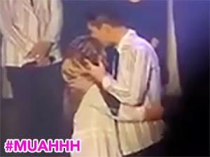 Thumbnail image for (Video) Gadis Melayu Bertudung Dipeluk & Dicium Artis Kpop B1A4 Secara Live Di Kuala Lumpur
