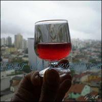 Um cálice de licor caseiro de amoras com sua cor maravilhosa