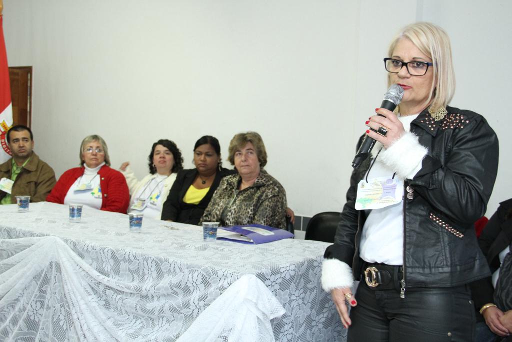 Presidente do CMAS, Margareth Rosi (de pé) faz um balanço dos avanços da assistência social no Brasil