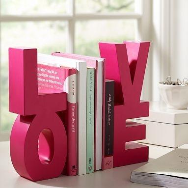 aparador de livros  com letras love