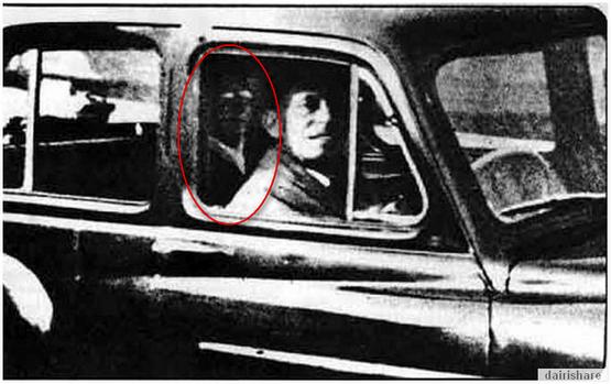 Gambar Hantu Terakam Bersama Ketika Bergambar