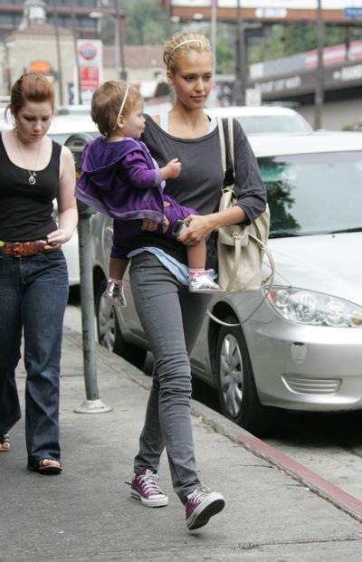 Jessica Alba con zapatillas Converse All Star