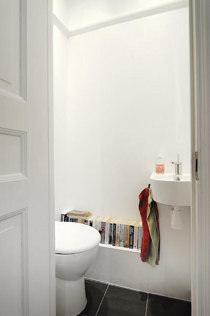 ... et du plan de travail avec les éléments laqués blanc de la cuisine