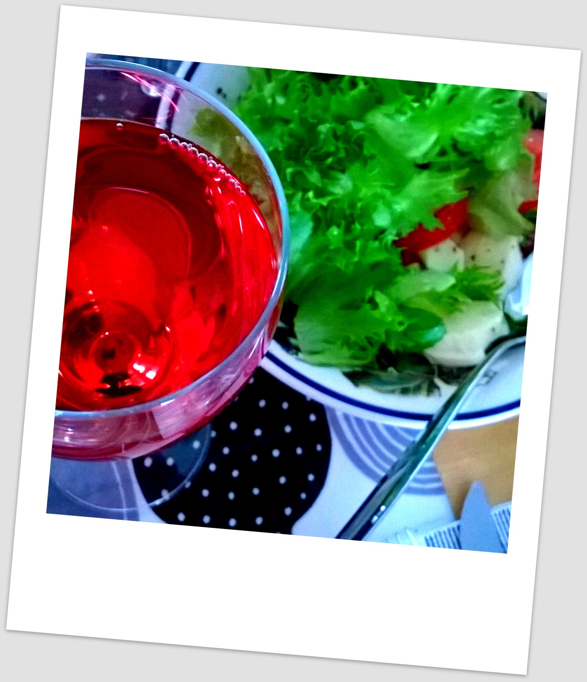 Mozzarellasalaattia ja vadelma-granaattiomenamehua
