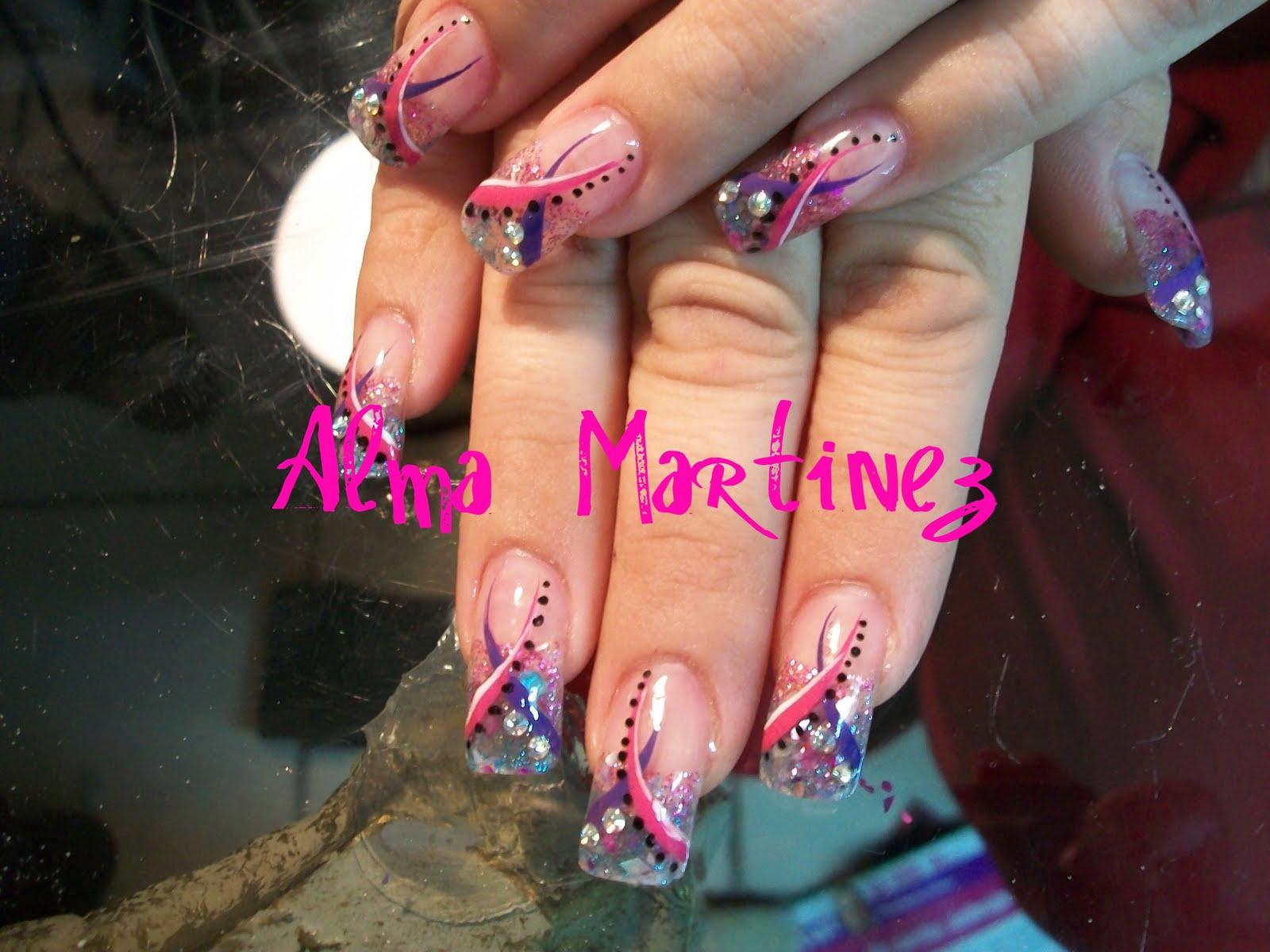 Hermosas uñas acrilicas con diseño, el etilo esta en el diseño.