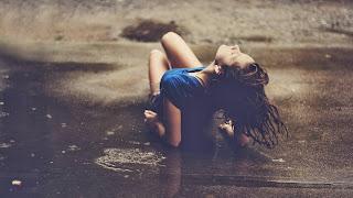 Alineación abajo bajo la lluvia
